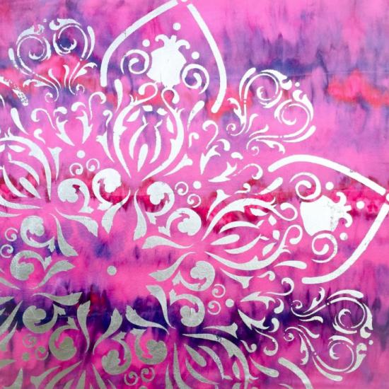 Descubre la armonia de colores en el Mandala Asimetrias Rosas en Pan de Plata y Seda de la Coleccion Magia y Color de Victoria Pardo Artista Plastica.