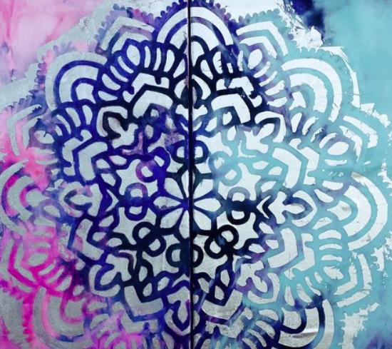 Si queremos que nuestra casa transmita armonía y diseño, elige el Mandala Entre dos Mundos en Pan de Plata y Seda de Victoria Pardo Artista Plástica.