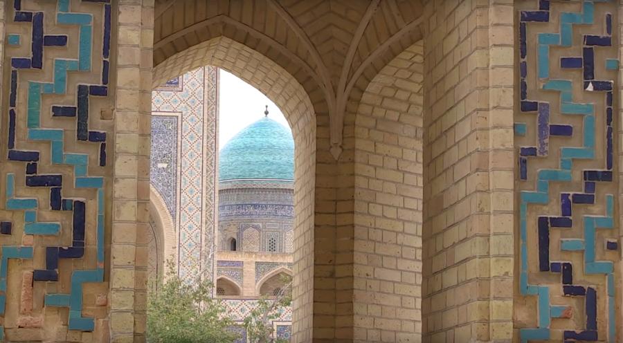 Bukhara con más de 2.500 años fue el gran centro comercial en la Ruta de la Seda. Allí llegaron largas caravanas de todo el mundo conocido con las leyendas del oasis mágico escondido entre dos desiertos que se extendían desde India a China. por Victoria Pardo Lujo en Seda