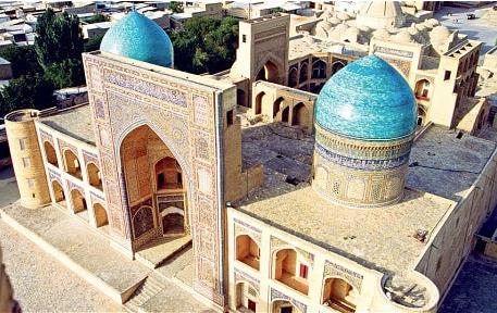 Khiva es una ciudad amurallada, un museo al aire libre en el noroeste de Uzbequistán. Está considerada como la ciudad turquesa por sus azulejos de color turquesa que se encuentran en toda la ciudad. por Victoria Pardo Lujo en Seda