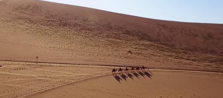Aunque ahora Dunhaung es una ciudad moderna, la vasta extensión, las dunas y el aire seco del desierto siguen presentes y aún se puede sentir algo de la atracción eterna y aventurera de la Ruta de la Seda. por Victoria Pardo Lujo en Seda