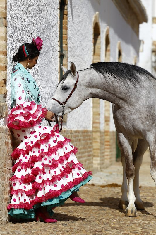 Fabiola García-Liñán Alta Costura Flamenca -Conversaciones que inspiran by Victoria Pardo Artista Plástica - Traje de Flamenca con Lunares rojos y mantoncillo turquesa