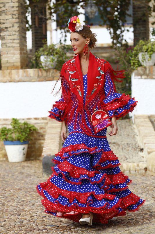 Fabiola García-Liñán Alta Costura Flamenca -Conversaciones que inspiran by Victoria Pardo Artista Plástica - Traje de Flamenca con Lunares blancos y mantoncillo rojo