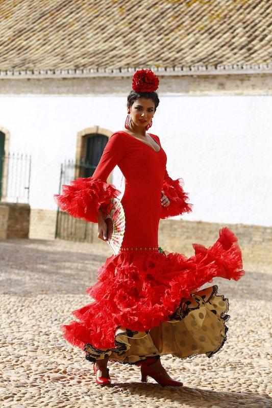 Fabiola García-Liñán Alta Costura Flamenca -Conversaciones que inspiran by Victoria Pardo Artista Plástica - Traje de Flamenca rojo