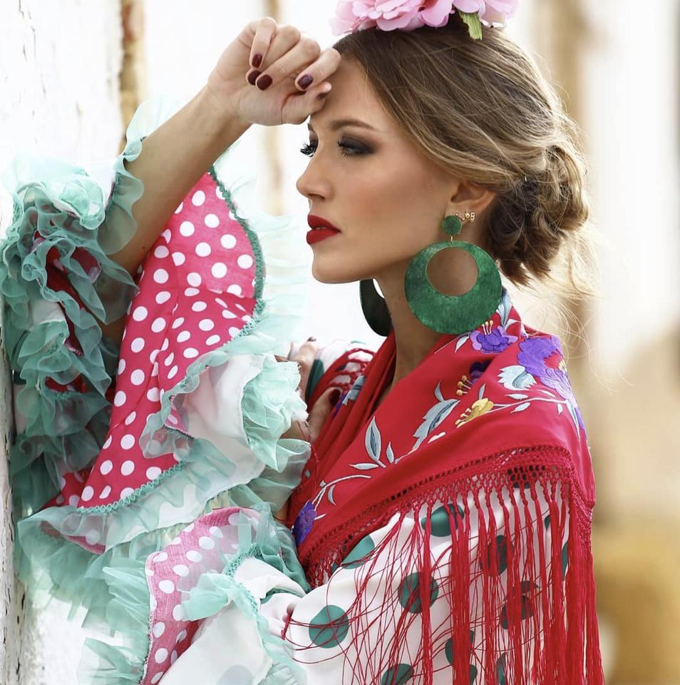 Conversaciones que Inspiran : Entrevista a la Sra. Fabiola García -Liñán por Victoria Pardo Artista Plástica - Elegancia Flamenca - Mantoncilllo rojo con vestido de lunares