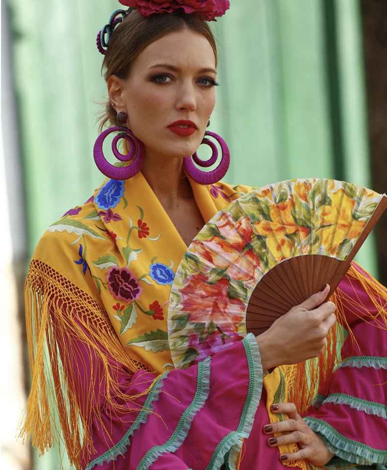Conversaciones que Inspiran : Entrevista a la Sra. Fabiola García -Liñán por Victoria Pardo Artista Plástica - Elegancia Flamenca - Mantoncillo y Abanico amarillos