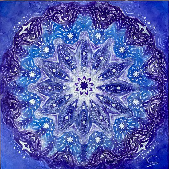 Precioso Mandala de Porcelana Azul Ming de la coleccion Magia y Color pintado a mano sobre seda azul por Victoria Pardo Artista Plastica.