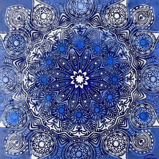 Exquisito Mandala de Porcelana Azul de Delft pintado a mano en seda natural 100% de la Coleccion Magia y Color de Victoria Pardo Artista Plastica.